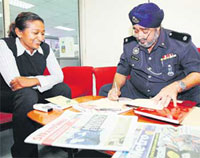 Deputy Superintendent Kalawant Singh issuing a notice to record a statement from NST reporter Jassmine Shadiqe.